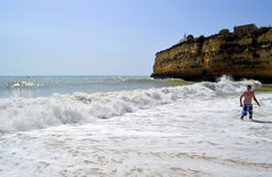 Turista que goza del mar en la playa de Senhora DA Rocha en Portugal Imagenes de archivo