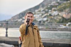 Turista que guarda uma câmera Fotografia de Stock