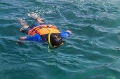 Turista que mergulha com os revestimentos de vida no mar de andaman fotografia de stock royalty free