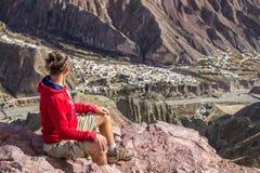 Turista que mira al valle Fotos de archivo