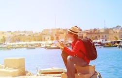 Turista que mira el mapa en el muelle de Malta Fotos de archivo libres de regalías
