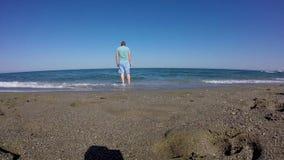 Turista que mira el mar metrajes