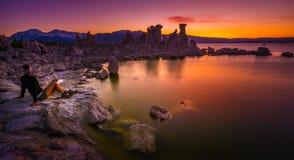 Turista que mira el mono lago California los E.E.U.U. famosos Landsc sunset Fotografía de archivo