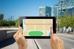 Turista que mira la tableta digital Foto de archivo