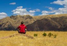 Turista que mira las montañas Imagen de archivo libre de regalías