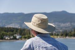 Turista que olha o horizonte Imagem de Stock