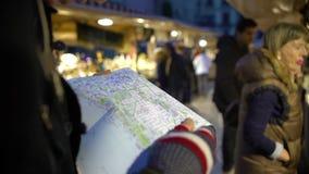 Turista que olha o mapa, selecionando o destino para a excursão sightseeing, lembranças video estoque