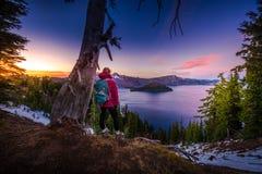 Turista que olha a paisagem de Oregon do lago crater Imagens de Stock Royalty Free