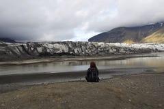 Turista que olha uma geleira em Islândia fotos de stock