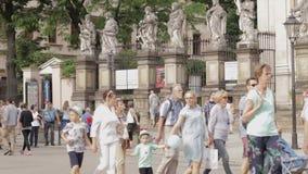 Turista que passa perto em Krakow, Polônia no verão video estoque