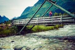 Turista que relaxa na ponte na vila Oppstryn Noruega Imagem de Stock Royalty Free