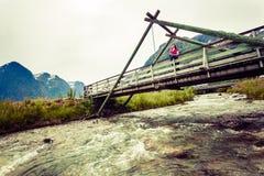 Turista que relaxa na ponte na vila Oppstryn Noruega Foto de Stock Royalty Free