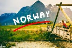 Turista que relaxa na ponte na vila Oppstryn Noruega Fotografia de Stock Royalty Free