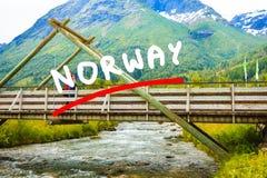 Turista que relaxa na ponte na vila Oppstryn Noruega Imagens de Stock Royalty Free