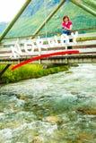 Turista que relaxa na ponte na vila Oppstryn Noruega Foto de Stock