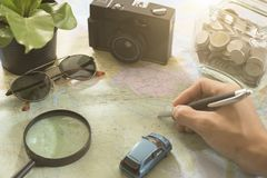 Turista que señala en el mapa del mundo para las vacaciones de planificación Fotos de archivo