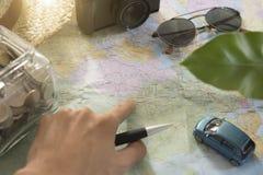Turista que señala en el mapa del mundo para las vacaciones de planificación Fotografía de archivo libre de regalías