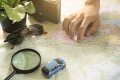 Turista que señala en el mapa del mundo para las vacaciones de planificación Foto de archivo