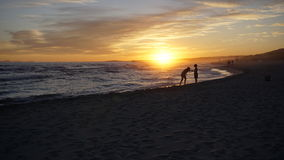 Turista que se divierte en un día hermoso de la puesta del sol en Minorca Imágenes de archivo libres de regalías