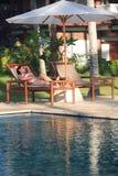 Turista que se relaja por una piscina fotografía de archivo libre de regalías