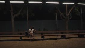 Turista que senta-se no banco sob a luz da lanterna filme