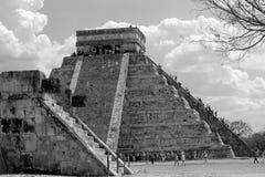 Turista que sube la pirámide principal en Chichen Itza, México imagenes de archivo