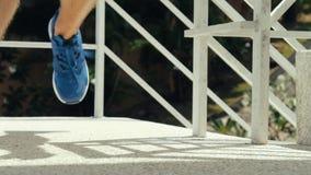 Turista que sube las escaleras, corriendo almacen de video
