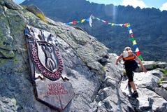Turista que sube las montañas Imagen de archivo libre de regalías