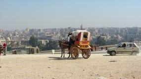 Turista que sube a un carro, El Cairo fotografía de archivo
