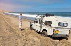 Turista que tem problemas com o carro 4x4 Fotografia de Stock Royalty Free
