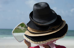 Turista que tenta em chapéus de Bahama. Fotos de Stock