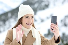 Turista que tiene una llamada video en vacaciones de invierno Fotografía de archivo libre de regalías