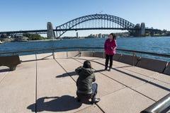 Turista que toma cuadros en el teatro de la ópera Imagen de archivo