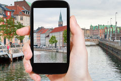 Turista que toma a foto da arquitetura da cidade de Copenhaga Imagem de Stock