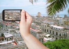Turista que toma a foto da cidade velha de Havana Fotos de Stock