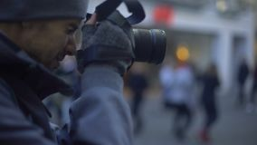 Turista que toma a foto da rua de compra em espiar do detetive do centro, privado vídeos de arquivo