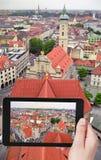 Turista que toma a foto da skyline de Munich Imagem de Stock Royalty Free