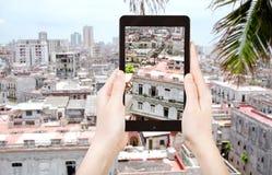 Turista que toma a foto das casas na cidade velha de Havana Fotografia de Stock
