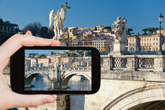 Turista que toma a foto de estátuas do anjo em Roma Imagem de Stock