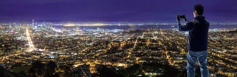 Turista que toma a foto de San Francisco com a câmera móvel do telefone celular foto de stock royalty free