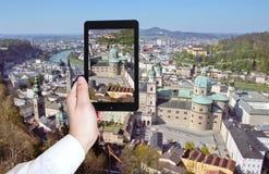 Turista que toma a foto do panorama de Salzburg Imagem de Stock Royalty Free