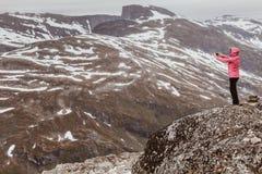 Turista que toma a foto do ponto de vista Noruega de Dalsnibba Imagem de Stock Royalty Free