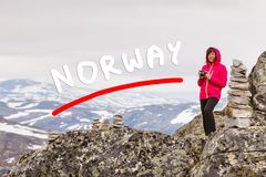 Turista que toma a foto do ponto de vista Noruega de Dalsnibba Fotos de Stock Royalty Free