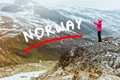 Turista que toma a foto do ponto de vista Noruega de Dalsnibba Imagens de Stock Royalty Free