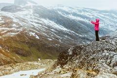 Turista que toma a foto do ponto de vista Noruega de Dalsnibba Imagem de Stock