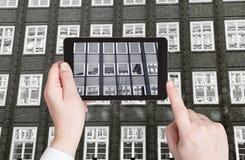 Turista que toma a foto do prédio de escritórios exterior Foto de Stock Royalty Free