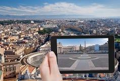 Turista que toma a foto do quadrado de StPeter, Roma Fotografia de Stock