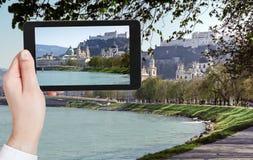 Turista que toma a foto do rio e do Salzburg de Salzach Foto de Stock Royalty Free