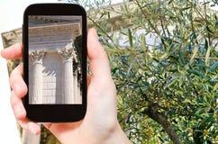 Turista que toma a foto do templo Maison Carree imagens de stock