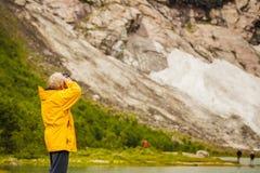 Turista que toma a foto em montanhas norueguesas Imagens de Stock